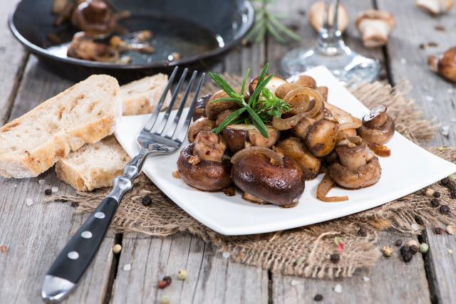 香菇虽然浓香扑鼻,开胃消食,但在食用时需要注意这些方面图1