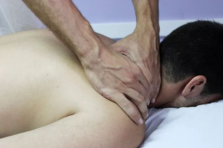 给肩膀按摩,却越按越痛?肩膀酸痛是什么病?图2