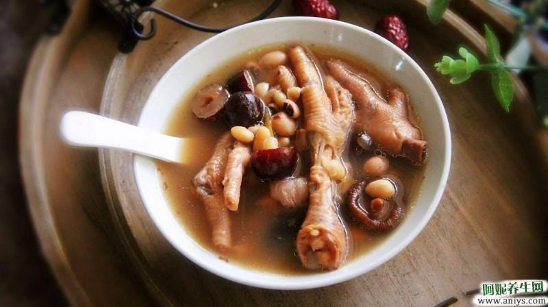 夏 天热喝什么汤最养人,花生眉豆鸡脚汤祛湿开胃,对女性美容又养颜
